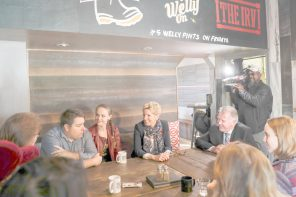 Premier Wynne meets with workers to discuss raising minimum wage